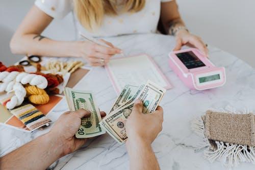 žena přepočítávání peníz