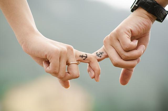 prsty s tetováním