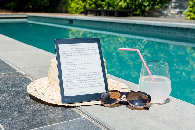 sluneční brýle a slunečník u bazénu.jpg