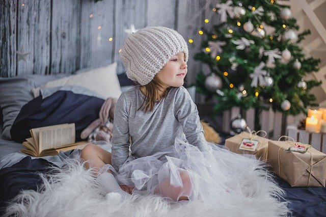 děvče s dárky