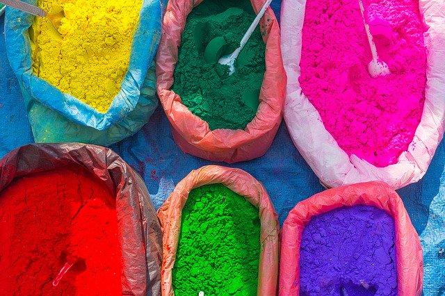 barevné prášky v pytlích